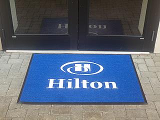 ковер с логотипом хилтон