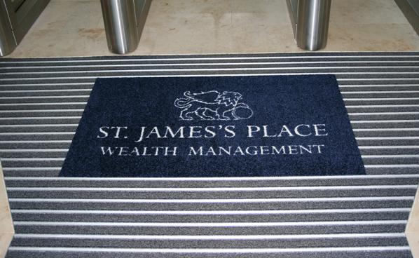 коврик с логотипом при входе